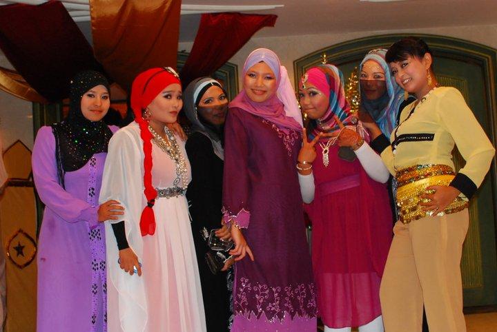 Hikayat 1001 Malam Walk With Confident